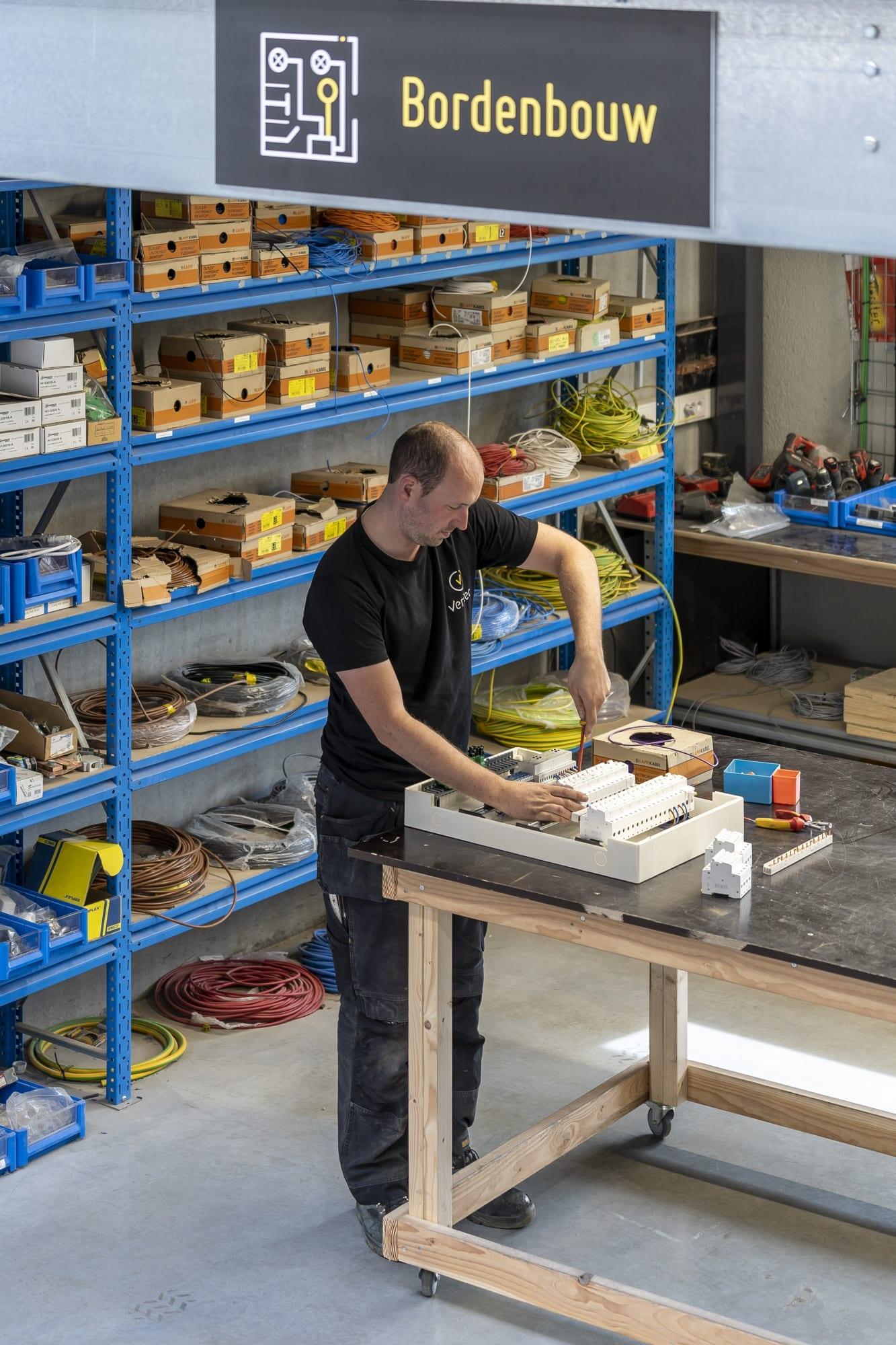 Bouw van elektrische verdeelborden in het Veritec atelier in Kruisem